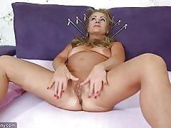 Oldnanny viejo maduro haciendo striptease y masturbándose el coño