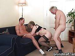 Antiguo trío orgía después de masturbarse el coño