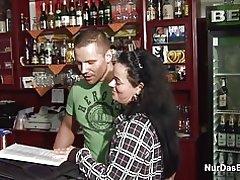 Madre alemana año 38 conseguir jodido en bar por el extranjero más joven
