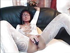Sexy milf morena en media del cuerpo juega con ella